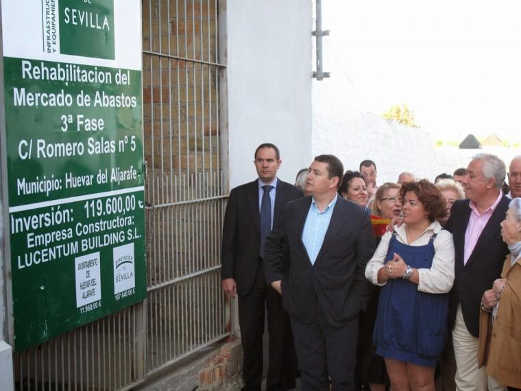 Mª Eugenia Moreno junto a Javier Arenas en el Mercado de Abastos