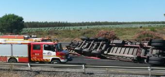 Reabierta la A-49 tras más de ocho horas cortada por el vuelco de un camión