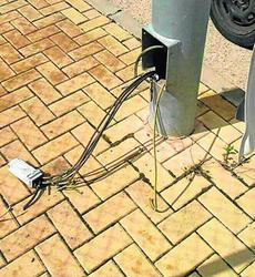 Una imagen de cómo quedó una de las farolas tras el robo del cable.