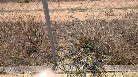 A través de  tuecos en el cerramiento de maya extraían el cableado hacia una zona de olivos