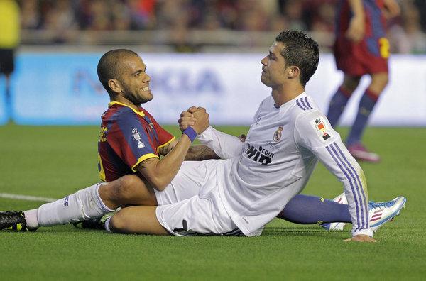 Dani Alves y Cristiano Ronaldo en el último Barça-Madrid de Copa disputado en Mestalla