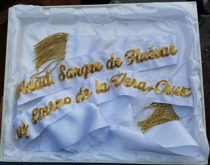 """Lazo que la Hdad. de la Sangre y Vera+Cruz ha donado a la Banda de TT.CC """"Amor de Cristo"""""""
