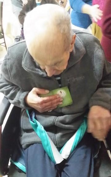 Un  residente de la Residencia guarda las imágenes que las diferentes Hermandades han obsequiado