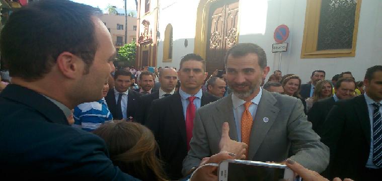El Monarca Felipe VI, saluda al Rvdo. Párroco de Huévar D. Ángel Puentes Arenal