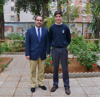 El Profesor Fernado Martinez Hervas junto al joven