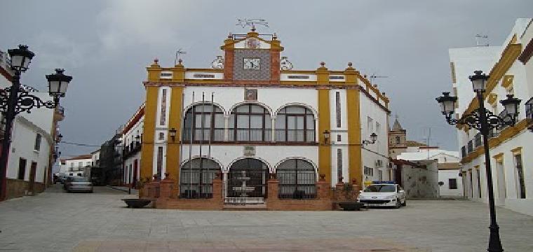 Estado de la plaza del Ayuntamiento de Huévar, al mediodía del pasado sábado