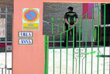 Un agente de la Guardia Civil custodia la vivienda donde se encontró el cadáver.
