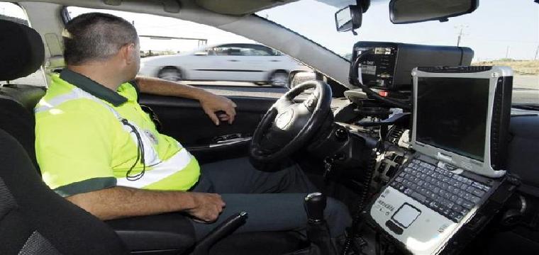 Un agente de la Guardia Civil controlando la velocidad de los vehículos