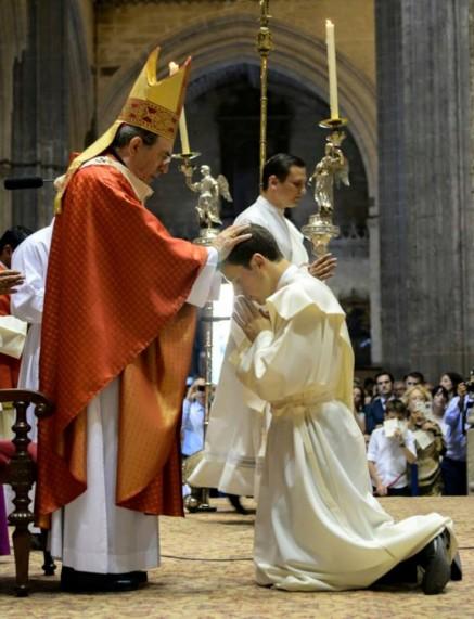D. Juan José Asenjo Pelegrina con la Mitra que le regalo la Parroquía