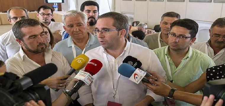 Juan Manuel Valle atendiendo a los medios