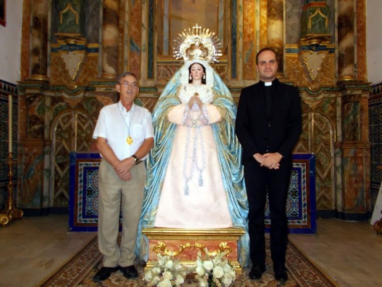 D. Francisco Diago Hno. Mayor de la Hdad Sacramental a la  izquierda de la imagen. A la derecha el Rvdo. Párroco de Huévar D. Ángel Puentes