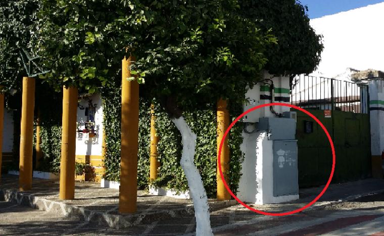Cuadro de alumbrado eléctrico frente al Colegío Público