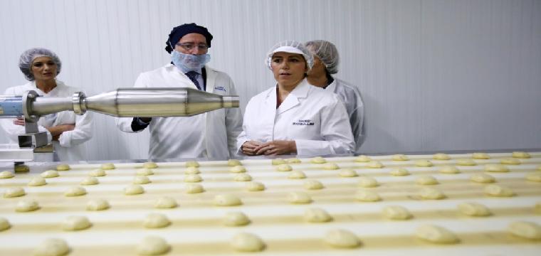Susana Díaz, acompañada de Juan Moreno, presidente de Inés Rosales, durante su visita a la fábrica