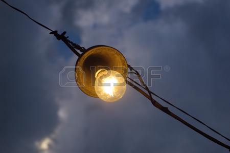 1517783-antigua-bombilla-de-luz-en-el-cielo