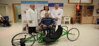 El paratriatleta Rafael López dona una bicicleta adaptada a la Unidad de Lesionados Medulares del Hospital San Juan de Dios del Aljarafe