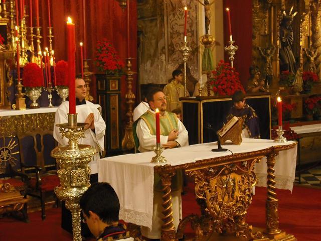 Nuestro gran amigo Ángel seminarista de Sevilla, ayundando al párroco de Villamanrique de la Condesa, en los cultos del Señor de la Humildad y Paciencia.