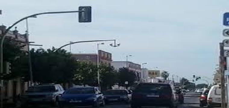 Trafico masificado de vehículos en la via central de Bollullos de la Mitación
