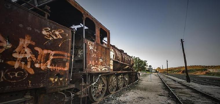 Locomotora de vapor abandonada en Villanueva del Río y Minas - J. M. SERRANO