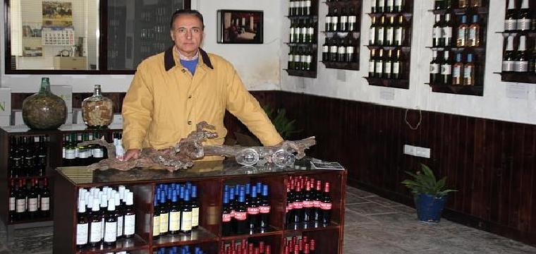 Rafael Salado, en el despacho de sus bodegas de Umbrete
