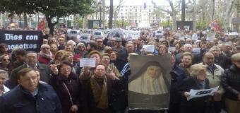 Cientos de sevillanos protestan ante el Ayuntamiento contra las medidas anticlericales de la izquierda