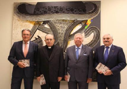 Ignacio Valduérteles, autor del informe, con Monseñor Asenjo, José Luis García Palacios y Carlos Bourrellier. / Belén Vargas