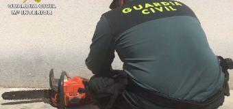 Un vecino de Almonte ataca a la Guardia Civil y Policía Local con una moto-sierra y un hacha