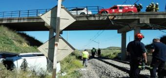 Cortados los trenes entre Sevilla y Huelva al caer un coche sobre las catenarias en Valencina