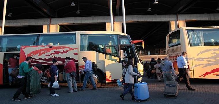 Varios viajeros se apean de un autobús de la Estación de Autobuses de Córdoba - ARCHIVO