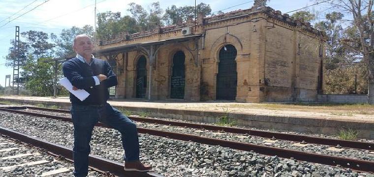 Diego León, cronista de Aznalcázar, en la estación abandonada - D.C.