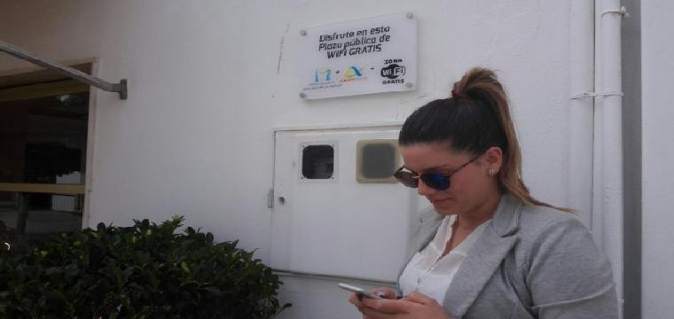 Una sanluqueña hace uso del wifi en una de las plazas céntricas del municipio. / María Gallardo