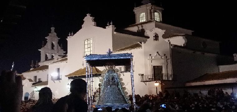 Momento en que la Virgen llega a Huévar Foto - Mbejaroldan
