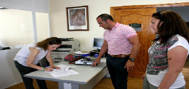 La Alcaldesa firma junto al y la Concejal Ana Caro