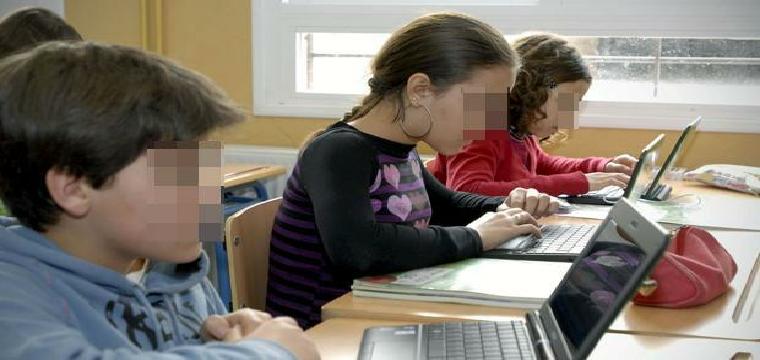 Un grupo de alumnos con los ordenadores facilitados por la Junta - ABC