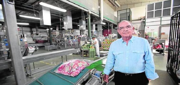 Antonio Reyes, fundador de la compañía, en las instalaciones de la empresa de frutos secos. / SUR