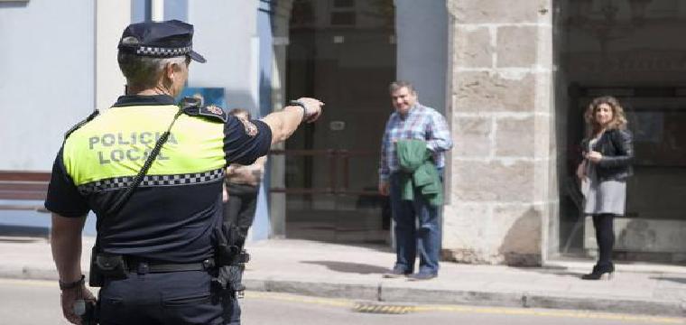 Un agente de la Policía Local, frente al Ayuntamiento de El Astillero / María Gil Lastra