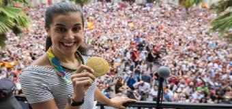 Carolina Marín, emocionada con la Salve Rociera en el homenaje de Huelva a su gesta olímpica