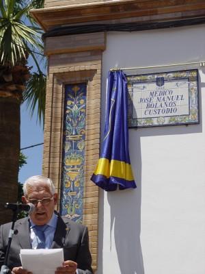 José Manuel Bolaños, delante de la placa de la calle que lleva su nombre. / El Correo