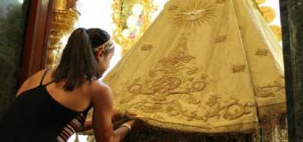 Carolina Marín ofrece su medalla de oro a la Virgen del Rocío