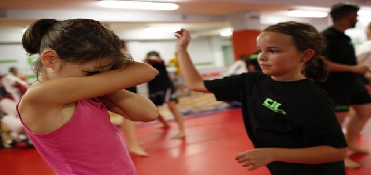 Niñas aprenden a defenderse contra el acoso escolar en un gimnasio de Madrid. SERGIO GONZÁLEZ VALERO