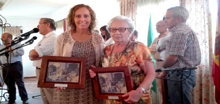 LA Alcaldesa Juana María junto a una de sus mayores