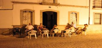 Las tertulias en la puerta de casa, un hábito de las noches de verano