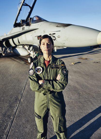 La capitán Torres en la base aérea de Torrejón de Ardoz con su F-18 antes de partir para una misión de entrenamiento. Foto: Fenton