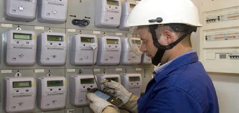 Un operario revisa contadores de la luz. EP
