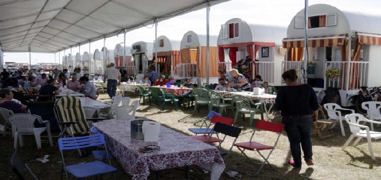 Acampada en los terrenos de la calle Santa Olalla de la hermandad de Albaida del Aljarafe. / José Luis Montero