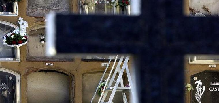 Nichos en un cementerio (archivo). / EFE