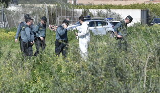 Guardias civiles, en la zona donde ha aparecido el cadáver. / JUAN CARLOS VÁZQUEZ