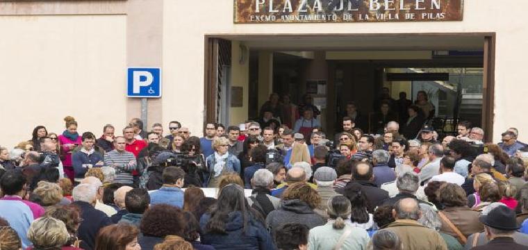 Concentración este lunes a las puertas del Ayuntamiento de Pilas por la muerte de Ana María M. M. - EFE