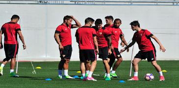 Los jugadores del Sevilla, entrenando este viernes. (FOTO: Kiko Hurtado)