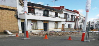 HUÉVAR –  Se desploma la cornisa de una vivienda