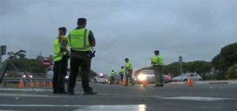Un camión arrolla y mata a una persona y deja herida de gravedad a otra mientras cambiaban la rueda de su coche